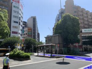 横断歩道が見えたら左に曲がり交番前を通ります